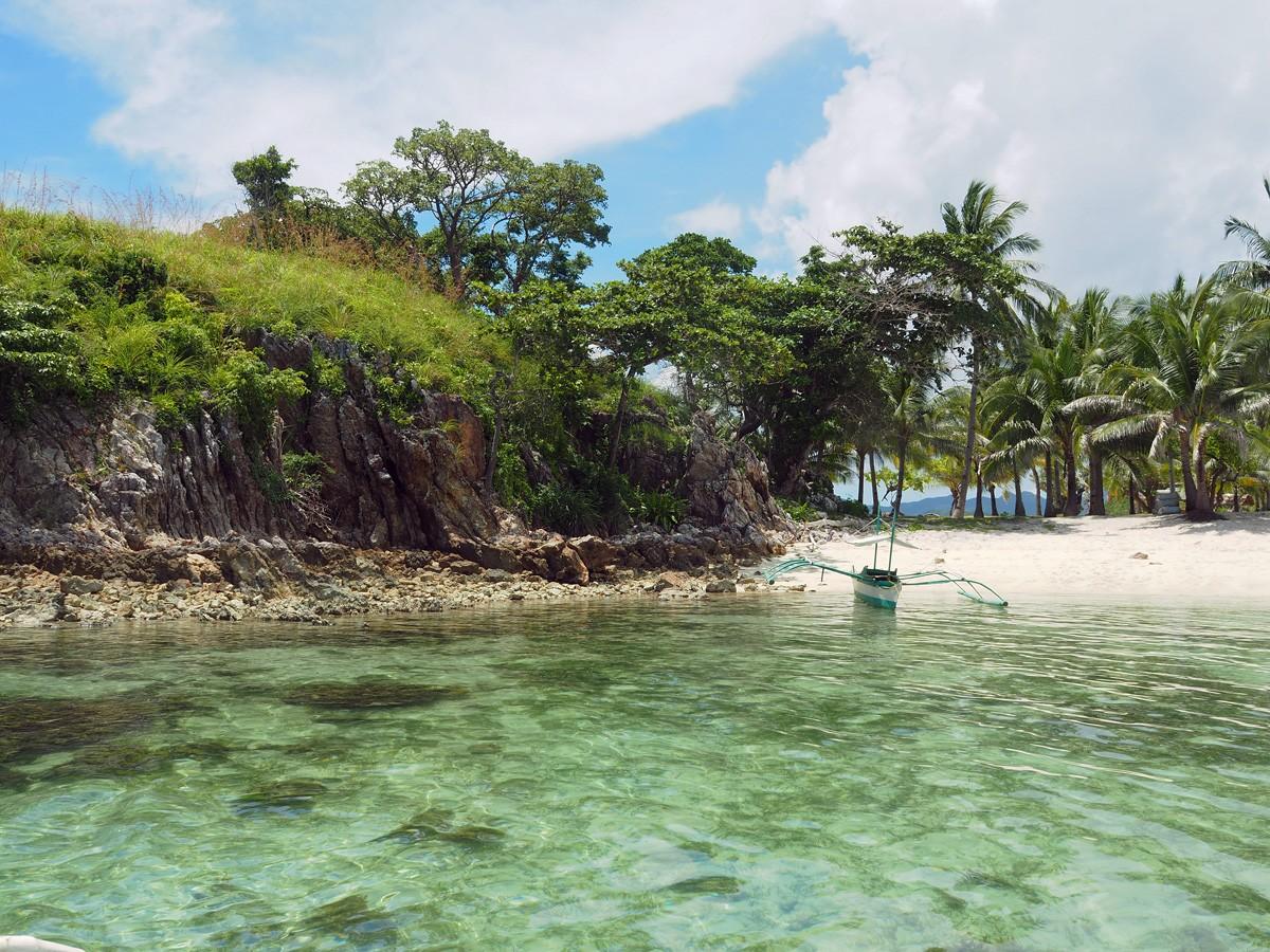 Tourist boat on Malcapuya island