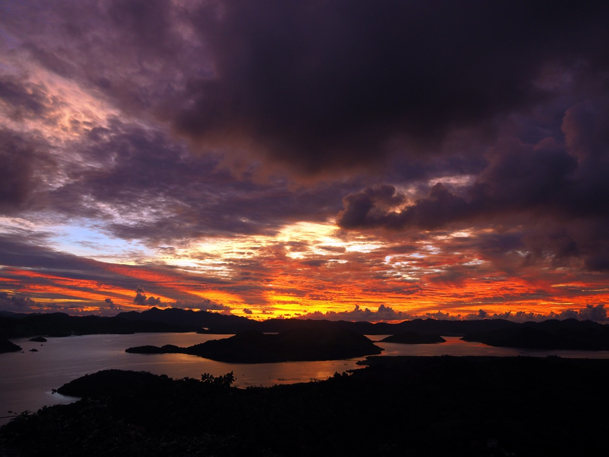 Sunset on Mt Tapyas Coron with red clouds