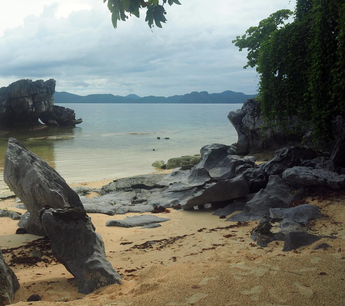 beach_rocks_pinagbuyutan_island_palawan