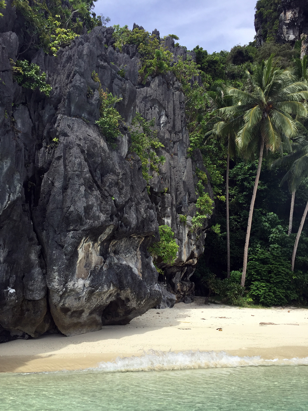 photo - beautiful rocks on the el nido beach