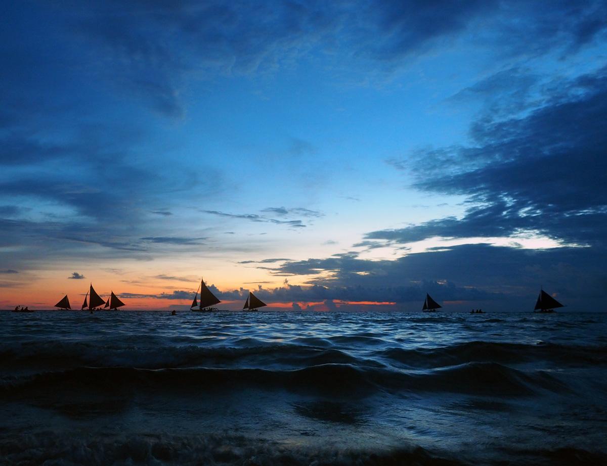 boracay_white_beach_sail_boats_silhouettes