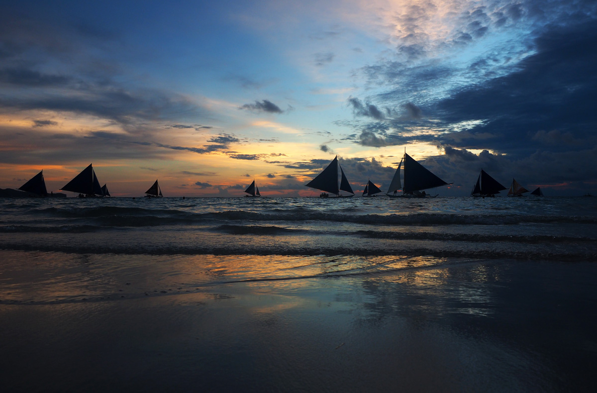 photo_sunset_sail_boats_silhouettes_boracay