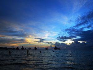 sail_boats_silhouettes_at_horizon