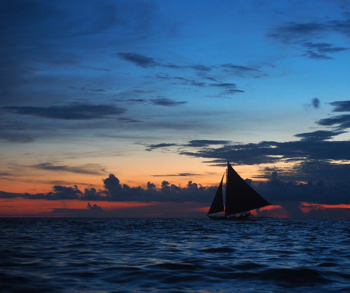 sail_boats_silhouettes_at_horizon_boracay_island