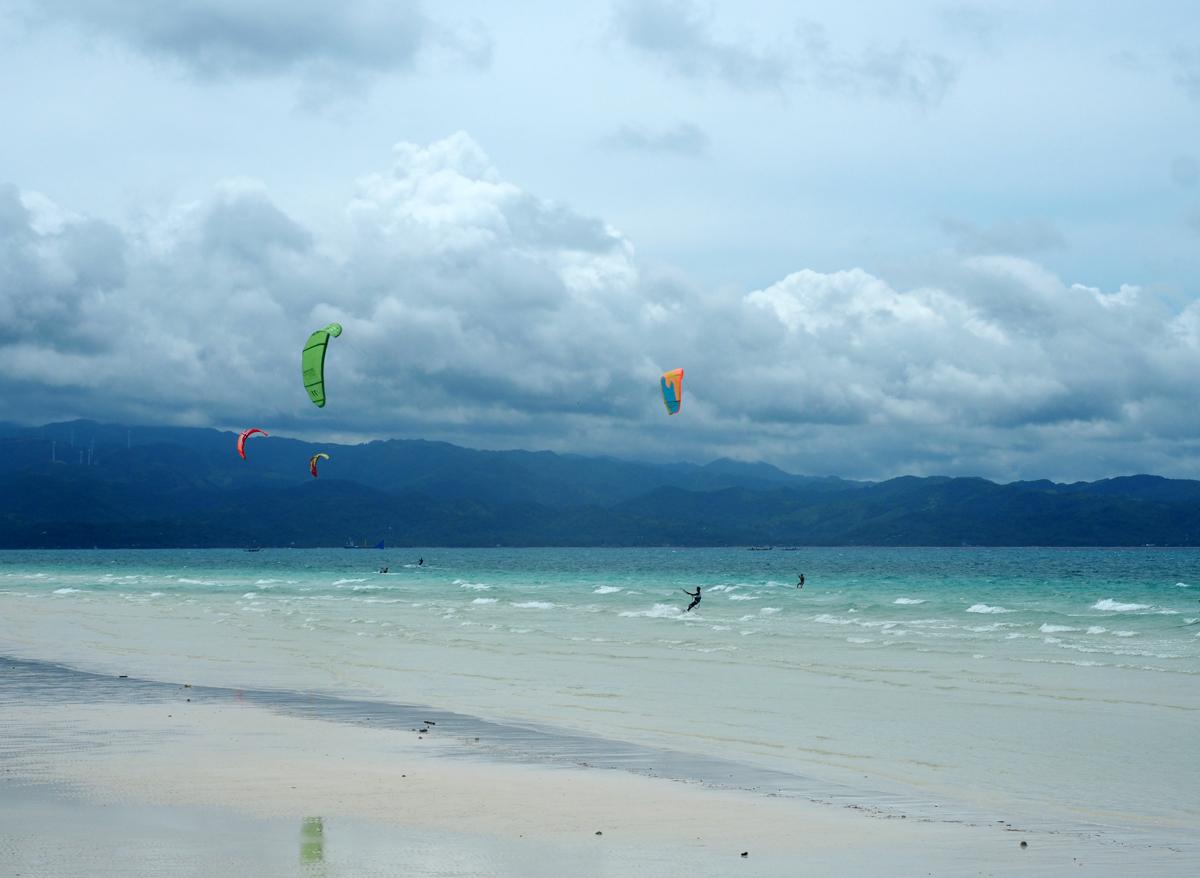 white_beach_boracay_kitesurfing